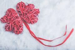 Красивые романтичные винтажные красные сердца совместно на белой предпосылке снега Влюбленность и концепция дня валентинок St Стоковые Фотографии RF