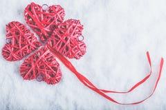 Красивые романтичные винтажные красные сердца совместно на белой предпосылке снега Влюбленность и концепция дня валентинок St Стоковое фото RF