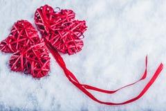 Красивые романтичные винтажные красные сердца совместно на белой предпосылке снега Влюбленность и концепция дня валентинок St Стоковое Изображение