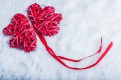 Красивые романтичные винтажные красные сердца совместно на белой предпосылке снега Влюбленность и концепция дня валентинок St Стоковое Изображение RF