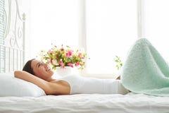 Красивые романтичные крышки молодой женщины с одеялом в спальне Стоковое фото RF