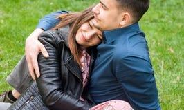 Красивые романтичные пары обнимая на парке зеленого цвета весны стоковые фотографии rf