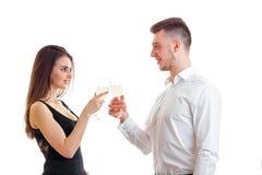 Красивые романтичные пары смотрят один другого и бокалы держать Стоковые Изображения RF