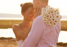 Красивые романтичные человек пар и женщина в белых платьях, солнце Стоковые Изображения