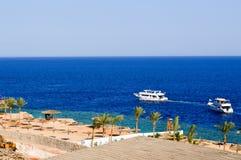 Красивые роскошные белые большие яхты плавают на голубом море соли против фона пальм и пляжа на пляже в tr Стоковая Фотография