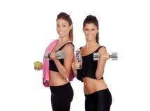 Красивые друзья тренируя поднимаясь весы Стоковое Изображение RF