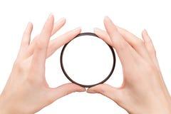 Красивые руки женщины держа фильтр камеры Стоковые Фото