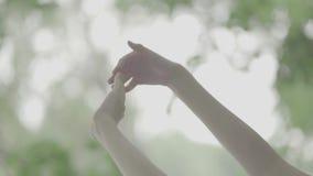 Красивые руки женщины на запачканной предпосылке сток-видео