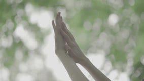 Красивые руки женщины на запачканной предпосылке видеоматериал