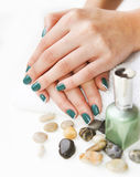 Красивые руки молодой женщины с зеленым французским маникюром Стоковые Изображения