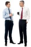 Красивые руководители бизнеса провозглашать кофе стоковые фотографии rf