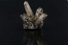 Красивые самоцветные каменные кристаллы qurz на черной предпосылке стоковые изображения rf