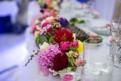 Красивые свеже срезанные цветки в стеклянной вазе на recepti свадьбы Стоковое Фото