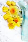 Красивые свежие narcissus и тюльпаны на белой деревянной предпосылке Стоковая Фотография