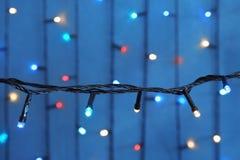 Красивые света рождества на предпосылке цвета стоковое фото rf