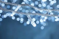 Красивые света рождества на предпосылке цвета стоковые фото