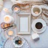 Красивые свечи, чашка кофе на белой предпосылке, рамке для вашего текста, плоском положении, взгляде сверху, ослабляют концепцию  стоковое изображение