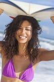 Красивые серфер девушки женщины бикини & пляж Surfboard Стоковая Фотография