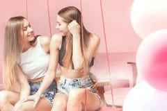 Красивые сестры близнецов усмехаясь совместно, счастливые моменты Стоковая Фотография