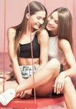 Красивые сестры близнецов усмехаясь совместно, счастливые моменты Стоковые Фото