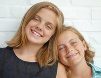 Красивые сестры в ласковом представлении Стоковое фото RF