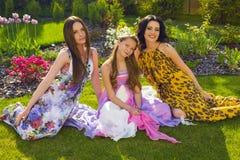 Красивые сестры ослабляя на саде лета Стоковая Фотография