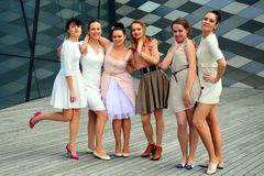 Красивые симпатичные девушки танцуя в городе Вильнюса Стоковое Изображение RF
