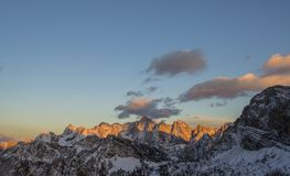 Красивые скалистые горы предусматриванные в снеге стоковые фото