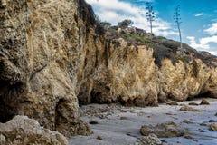 Красивые скалы на El матадоре приставают к берегу, Лос-Анджелес Стоковое Изображение RF