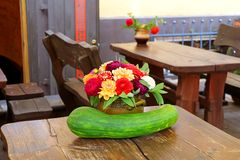 Красивые составы осени с сквошом и цветками в баке стоковые фотографии rf