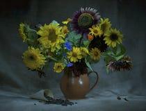 Красивые солнцецветы в вазе Стоковая Фотография