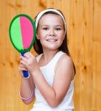 Красивые спортсмены девушки с ракеткой тенниса и теннисным мячом Стоковые Фото