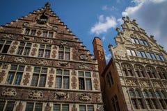 Красивые средневековые дома во фламандской части Бельгии стоковые фото