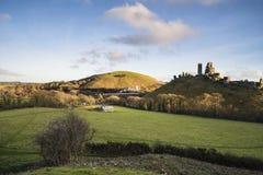 Красивые средневековые руины замка в ландшафте осени на сумраке Стоковая Фотография