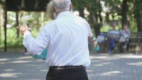 Красивые старшие женщина и человек танцуют вальс видеоматериал