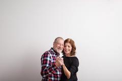 Красивые старшие пары в танцах влюбленности красивейшие детеныши женщины студии съемки танцы пар Стоковые Изображения RF