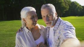 Красивые старшие пары делая selfies outdoors акции видеоматериалы