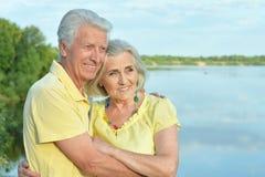 Красивые старшие пары представляя и обнимая в парке стоковая фотография