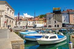 Красивые старые здания и шлюпки в гавани, Piran, Словении Стоковые Фотографии RF