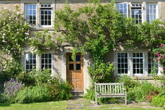 Красивые старые дом и сад Стоковая Фотография