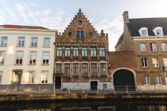 красивые старые традиционные здания приближают к каналу стоковые фото