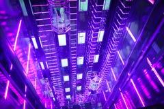 Красивые стеклянные фиолетовые лифты в торговом центре Москвы стоковые изображения