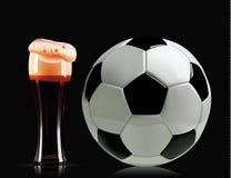 Красивые стекло и футбольный мяч пива Фото-реалистическая иллюстрация вектора темного пива и футбола на черной предпосылке Стоковая Фотография RF