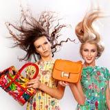 Красивые стильные девушки с кожаными сумками Изолят стоковое изображение rf