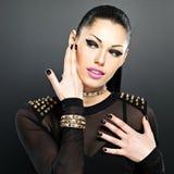 Красивые сторона женщины моды с черными ногтями и яркие делают Стоковая Фотография