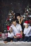 Красивые счастливые мать, отец, сын, и дочь семьи к cele стоковые фотографии rf
