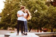 Красивые счастливые пары в городе стоковые фото