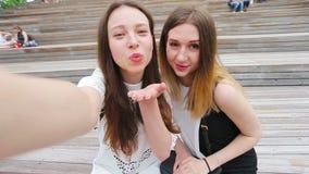 Красивые счастливые девушки улыбка и selfie делать Молодые туристские друзья путешествуя на усмехаться праздников outdoors счастл видеоматериал