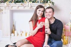 Красивые счастливые пары празднуя Новый Год, держа стекла шампанского Стоковые Изображения RF