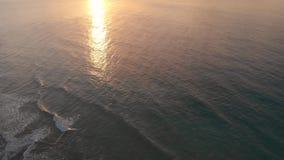 Красивые съемки трутня 4K восхода солнца на Алгарве, Португалии сток-видео